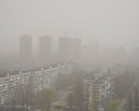 Киев атаковал ураганный ветер: фото и видео мощной непогоды