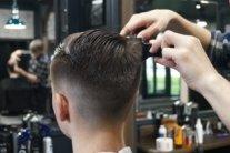 Власти готовят ослабление карантина: откроют парикмахерские и кафе