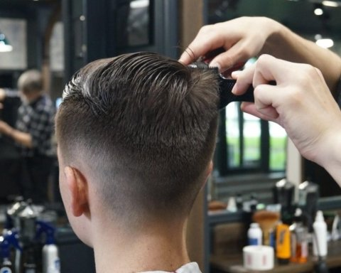 Відкривають перукарні, кафе та ресторани: ще одне українське місто знімає карантин
