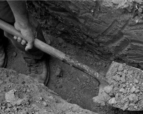 В Дніпрі викопали 600 могил для жертв COVID-19: в мережі показали відео
