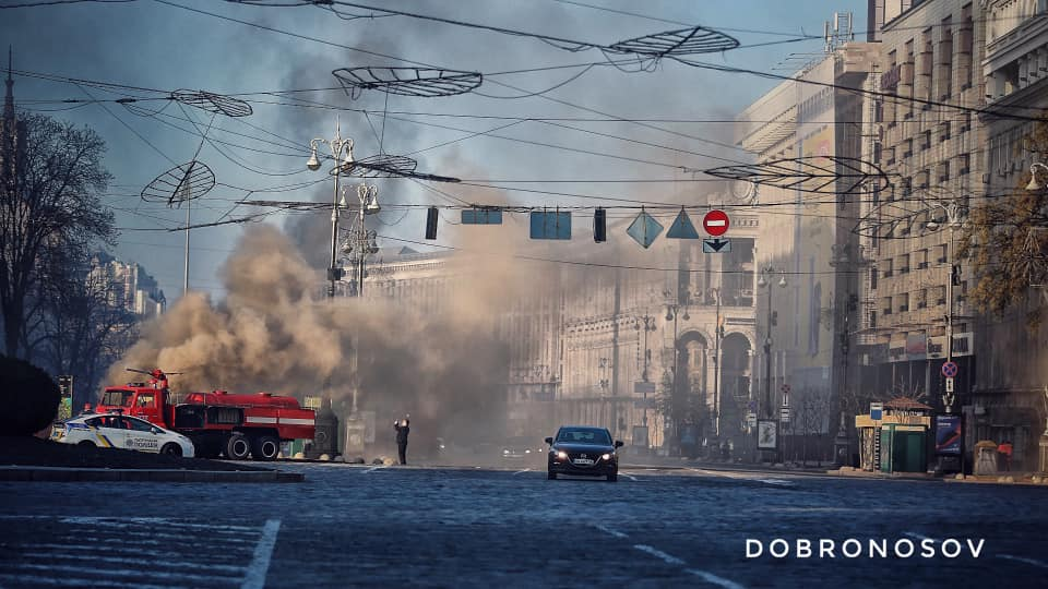 В центрі Києва спалахнула масштабна пожежа, полум'я виривається з-під землі
