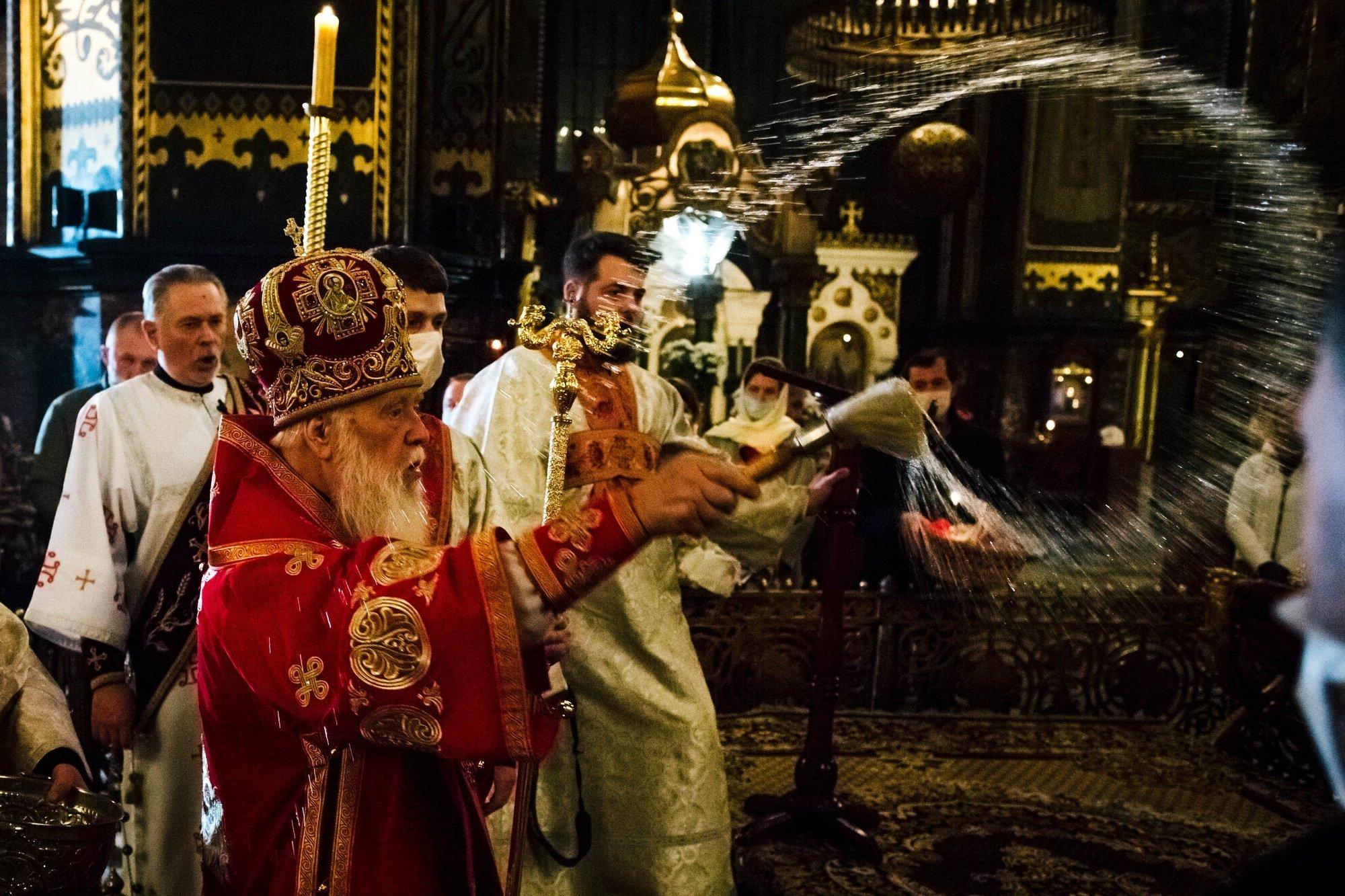 Причащал из одной ложки: Филарет опозорился на Пасхальном богослужении