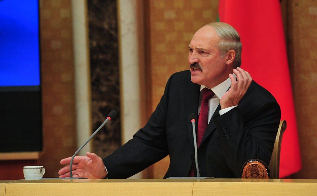 Лукашенко заборонив білорусам помирати від коронавірусу