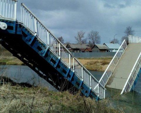 """Сильний вітер """"здув"""" міст через річку у Росії: все потрапило на фото"""
