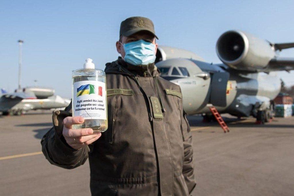 Простим українцям не вистачає, але: Україна відправила в Італію 5000 літрів антисептику