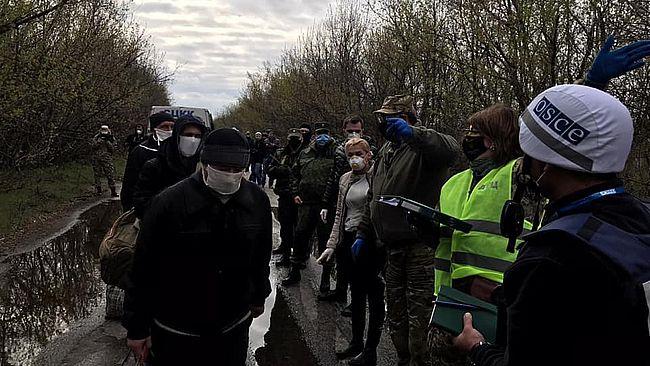 """Закінчився перший етап обміну полоненими з """"ДНР"""": як це було"""