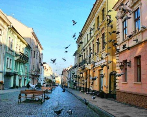 В Черновцах женщина устроила скандал возле собора