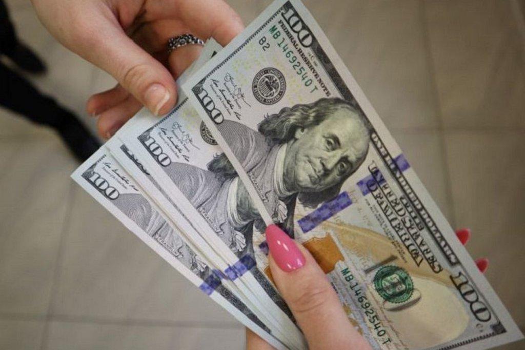 Доллар продолжает дешеветь: курс валют от НБУ на 30 июня