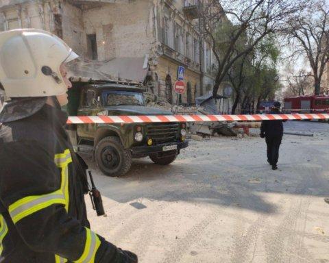 В центре Одессы обрушился памятник архитектуры: первые фото с места ЧП