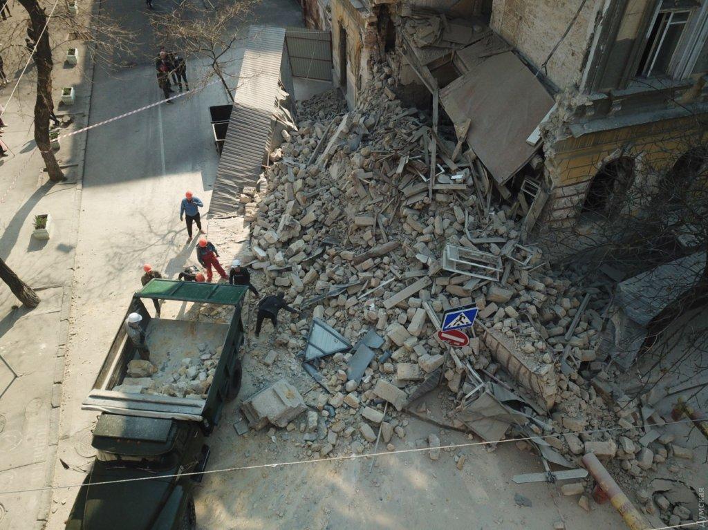 Летело прямо на людей: появилось видео с моментом обрушения старинного здания в Одессе
