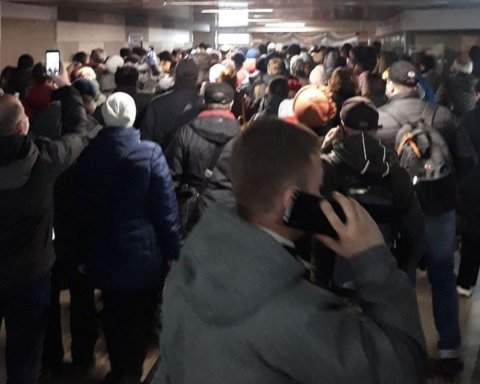 Километровые очереди из людей и машин: что происходит в Москве после введения электронных пропусков