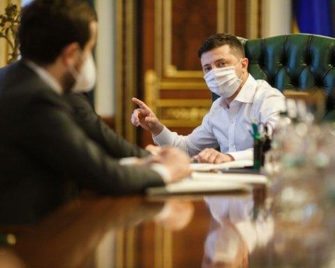 Підете з посад: Зеленський знайшов винних у затримці виплат медикам