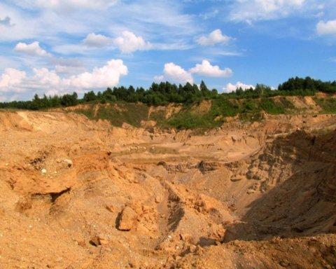 На Харьковщине трех детей засыпало песком, девочка погибла: жуткие подробности