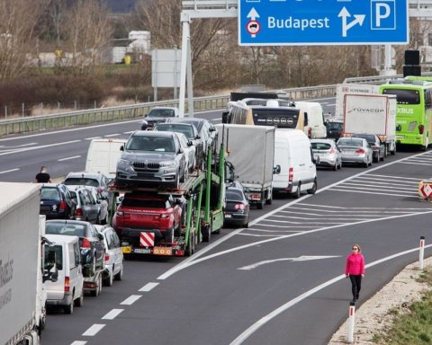 В Румынии образовались гигантские очереди на границе после ослабления карантина