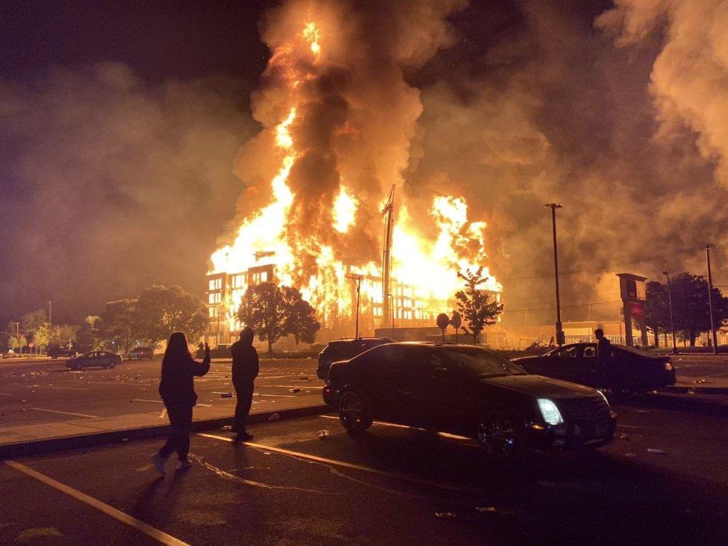 Місто у вогні: у США почався бунт через вбивство копами афроамериканця