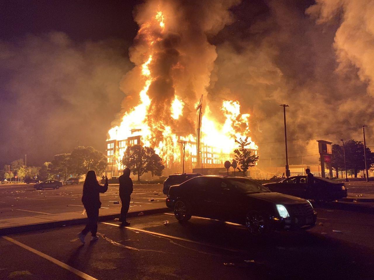 Город в огне: в США начался бунт из-за убийства копами афроамериканца