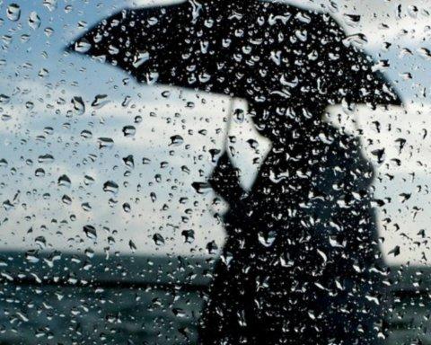 Лето начнется с дождей и холода: синоптик посоветовала доставать теплую одежду