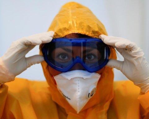 Костюмы биологической защиты распределят по регионам Украины