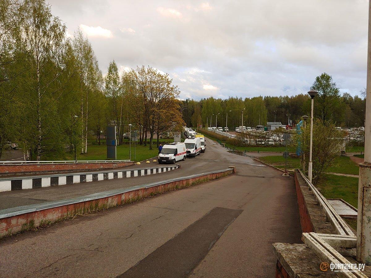 У Петербурзі утворилася величезна черга з швидких в коронавірусний стаціонар