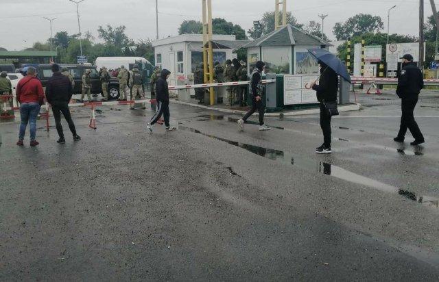 На Закарпатье произошли столкновения на КПП, движение на границе заблокировано: подробности