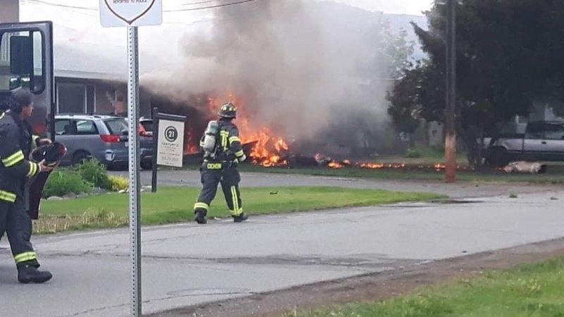 У Канаді літак впав на житловий будинок: моторошний момент потрапив на відео