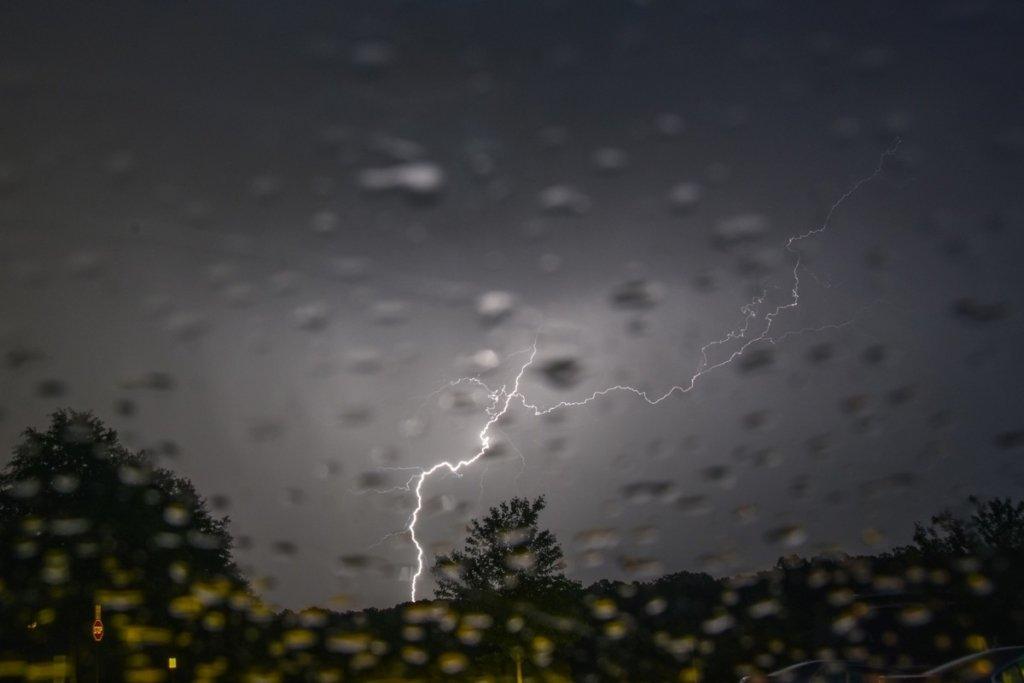 Грозовые дожди идут в Украину: синоптики сообщили, где будет очень плохая погода