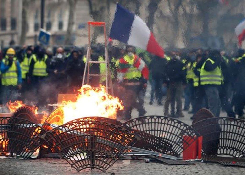 Сутички і сльозогінний газ: у Парижі спалахнули протести через права мігрантів
