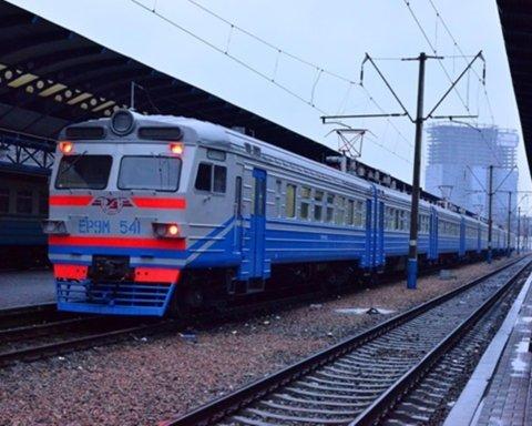 Пили, кричали та бігали голими: київський потяг довелося екстрено зупиняти через неадекватних дівчат
