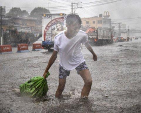 Филиппины атаковал мощный тайфун: фото и видео непогоды