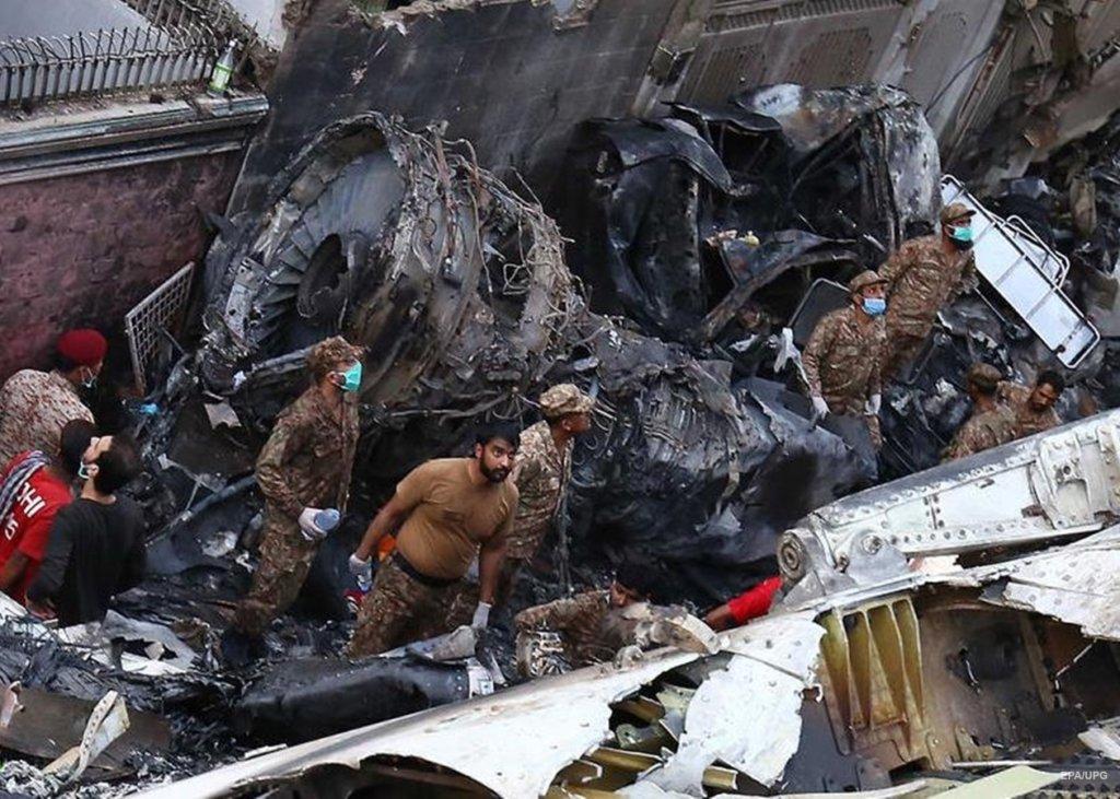 Авиакатастрофа в Пакистане: трое пассажиров чудом выжили