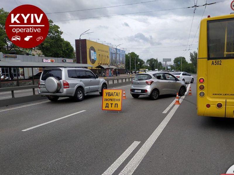 В Киеве авто протаранило остановку с людьми: подробности