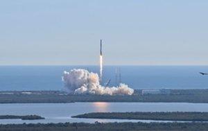 SpaceX впервые запустила в космос ракету с людьми: историческое видео