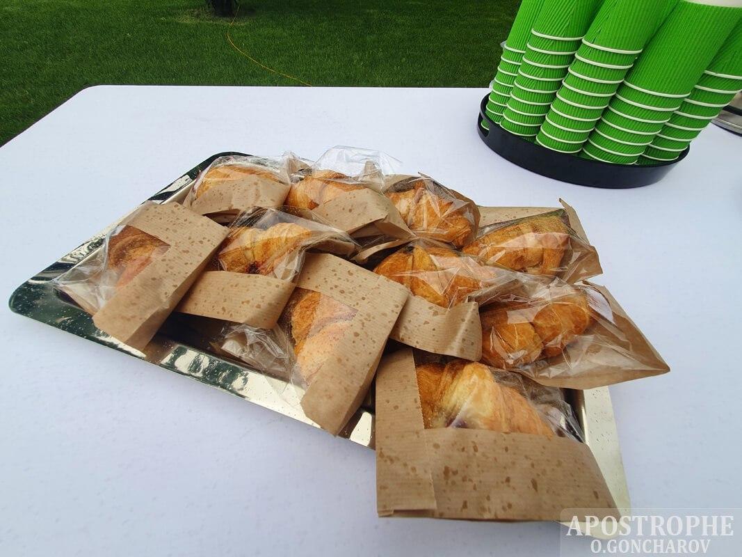 Їжа у пластику: чим годують журналістів на прес-конференції Зеленського