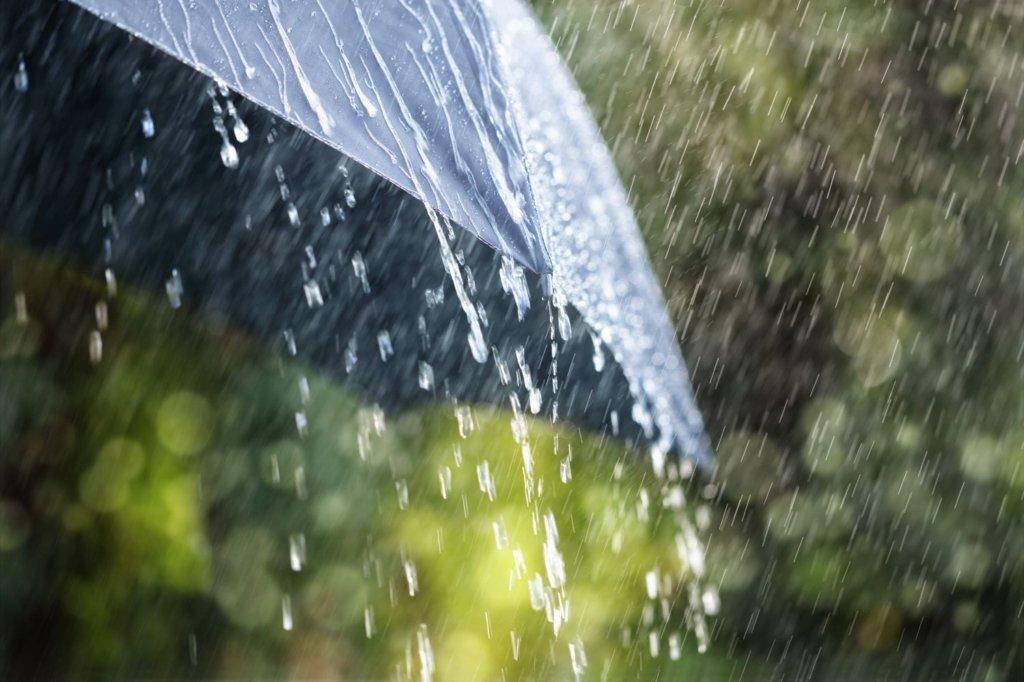 Накроют грозы: синоптик дала прогноз погоды на начало недели