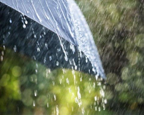 Сколько еще будут лить дожди: синоптик назвала точную дату потепления