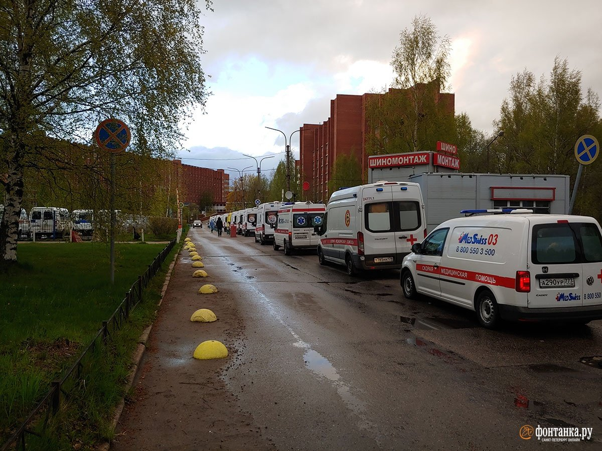 В Петербурге образовалась огромная очередь из скорых в коронавирусный стационар