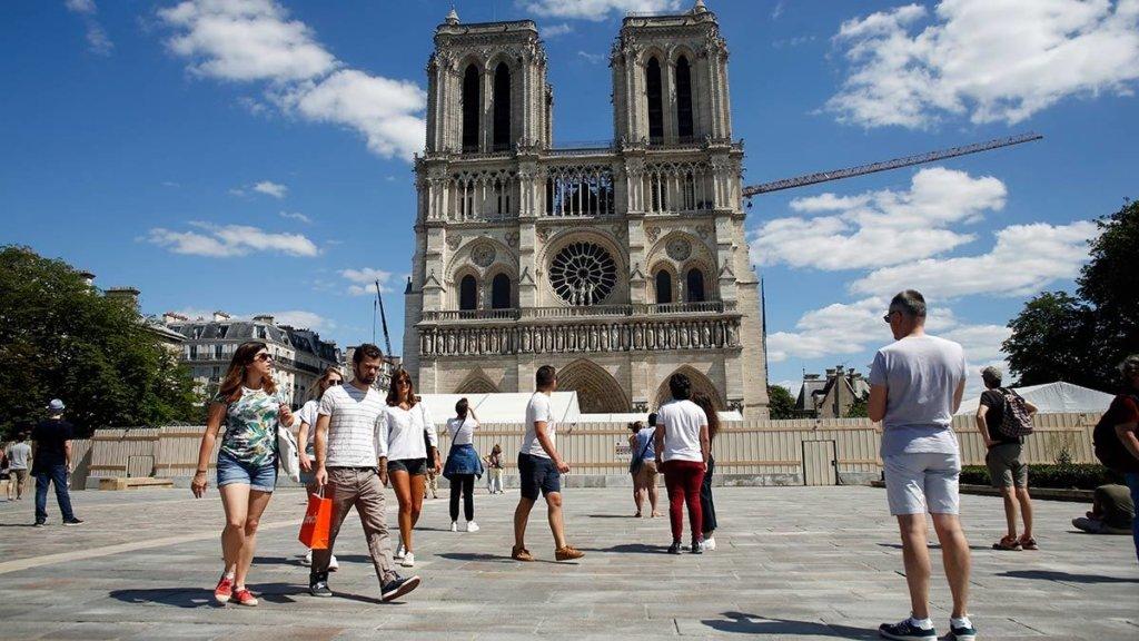 У Парижі відкрили площу перед Собором Паризької Богоматері