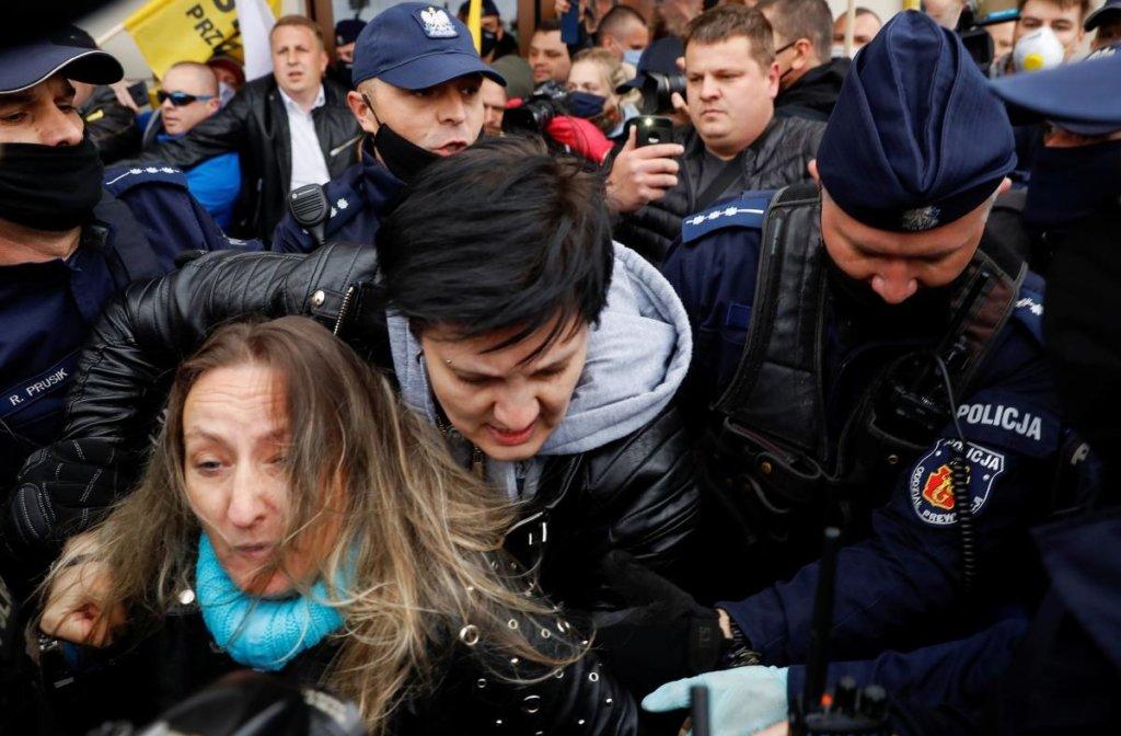В Варшаве прошли протесты против карантинных ограничений