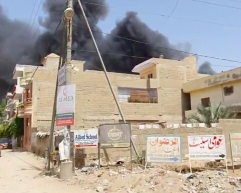 Впав на житлові будинки: з'явилося відео перших хвилин після катастрофи літака в Пакистані