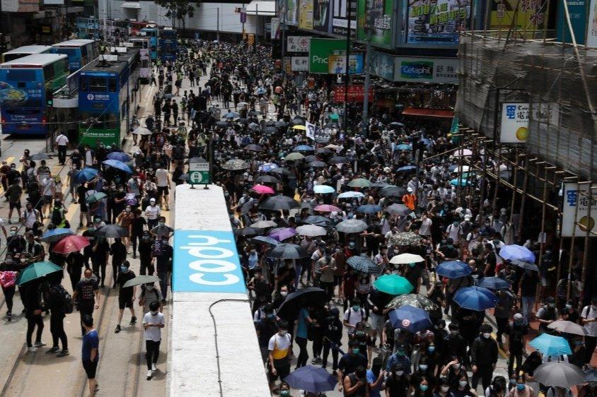 В Гонконге массовые протесты против Китая: тысячи людей вышли на улицы