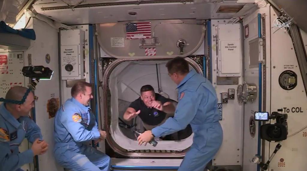 Астронавты Crew Dragon беспрепятственно перешли на МКС