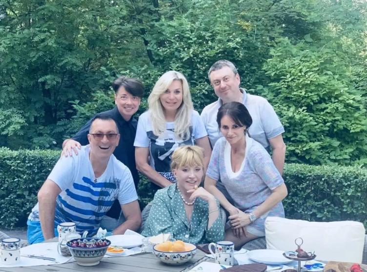 В піжамі в горошок: 71-річна Пугачова вразила квітучим виглядом