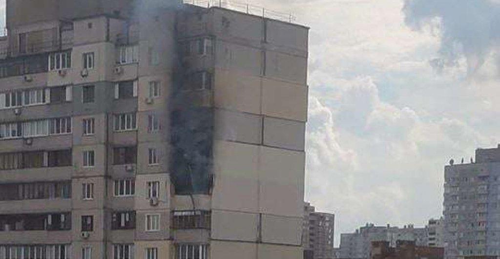 На Позняках загорелась многоэтажка рядом с домом, где произошел взрыв