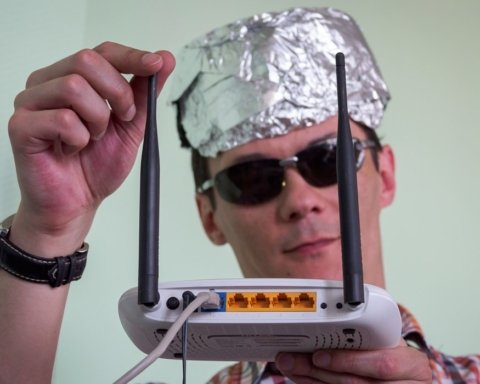Украинцы просят Зеленского защитить их от массового чипирования с помощью 5G