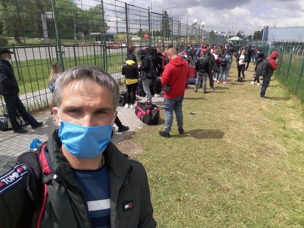 Чекають по 10 годин: на кордоні з Польщею утворилися величезні черги заробітчан