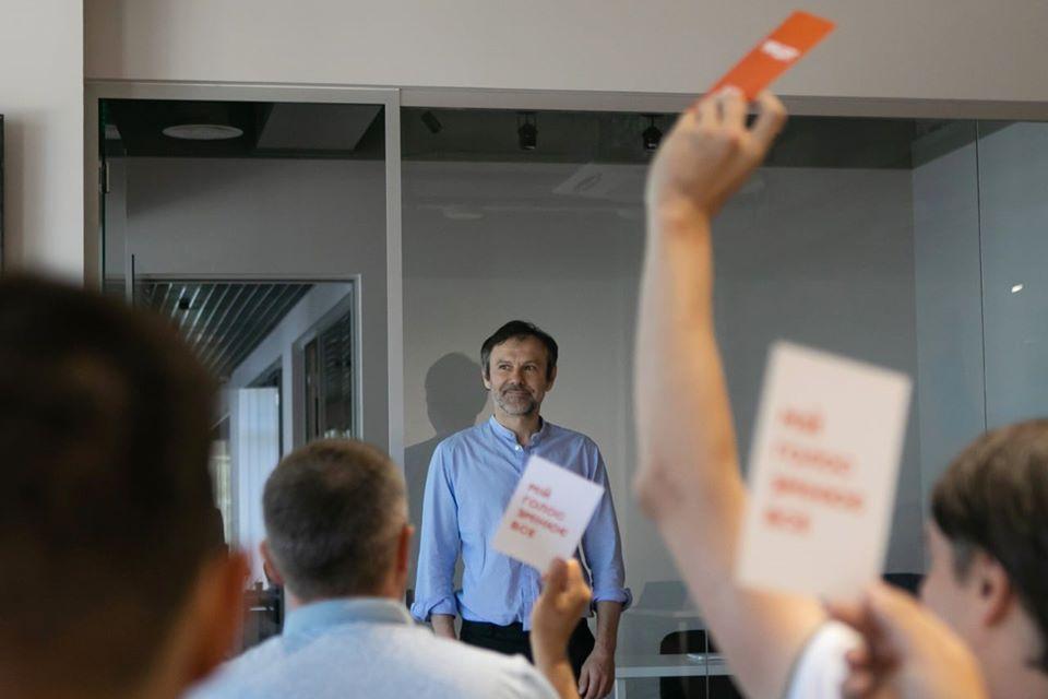 Вакарчука позбавили депутатських повноважень