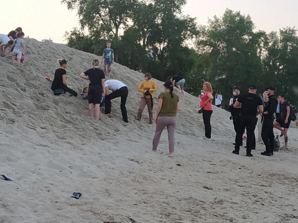 Відлік йшов на секунди: в Києві мало не загинула дитина, яку засипало горою піску