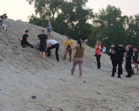 Отсчет шел на секунды: в Киеве чуть не погиб ребенок, которого засыпало горой песка