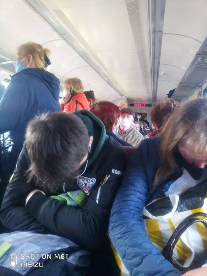 Укрзалізниця потрапила в скандал через переповнені електрички: показові фото