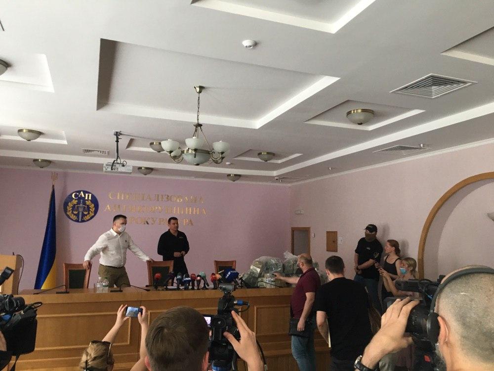 Сліди ведуть в Офіс генпрокурора: по справі про хабар у  млн затримано трьох осіб
